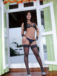 Hot black TS Beatriz shows her huge cock