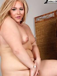 Blonde BBW tranny babe